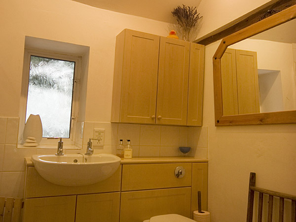 https://yewtreescottage.com/qsl_richard/wp-content/uploads/2014/05/ytc_bathroom1.jpg
